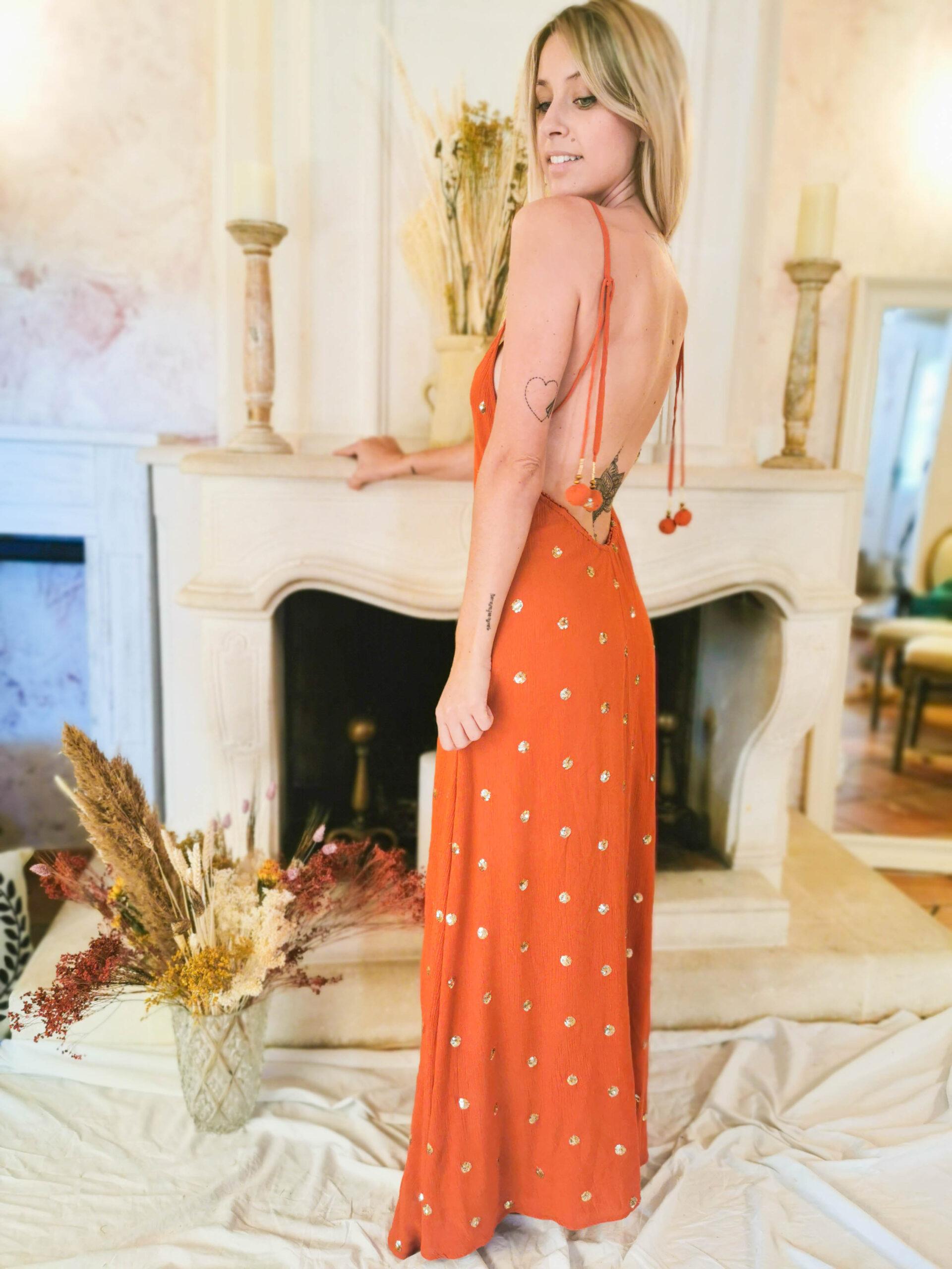 Robe longue couleur terracotta et dos nu