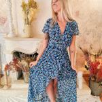 Robe longue bleue et fleurie