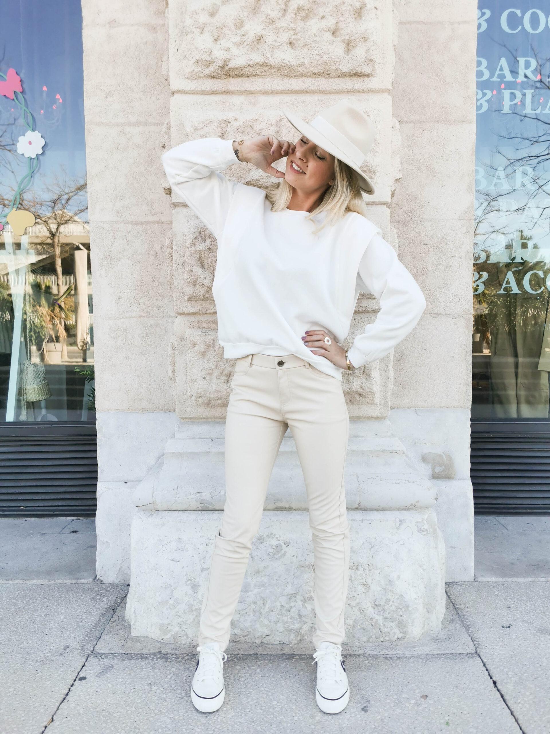 Pull blanc à épaulettes