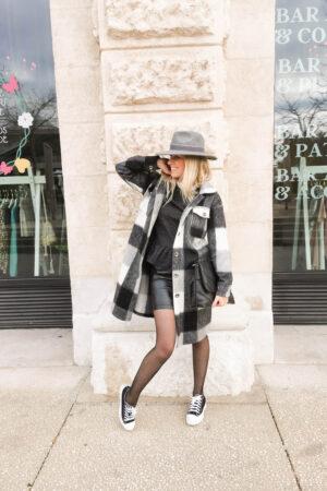 Manteau à carreaux gris et noir